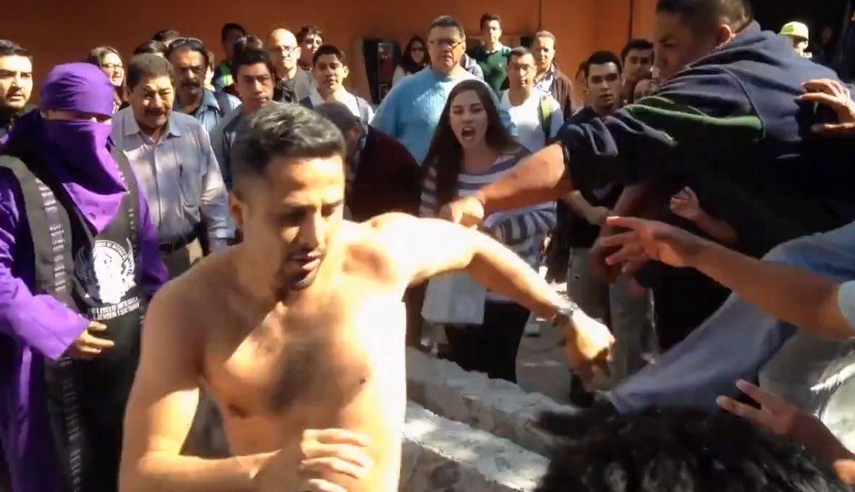 Integrantes del comité de Huelga de Odontología detienen al supuesto ladrón en el campus de la Usac, en la zona 12. (Foto Prensa Libre: PampichiNews)