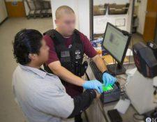 La búsqueda de un posible criminal migrante abre el debate a la forma sobre cómo los agentes de ICE usan las redes sociales. (Foto Prensa Libre: Hemeroteca)