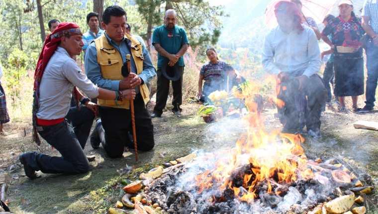 Guías espirituales participan en ceremonia en el cerro Chicoroy. (Foto Prensa Libre: José Rosales).
