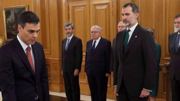 Pedro Sánchez jura ante el rey el cargo de presidente del Gobierno, en un acto en el Palacio de la Zarzuela.(Foto Prensa Libre:EFE).