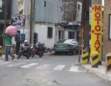 """Amílcar Montejo, vocero de la PMT, califica de """"especial"""" el caso de los mototaxistas situados cerca de la Avenida Elena, pues suelen ir contra la vía. Foto Prensa Libre: Álvaro Interiano."""