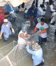 Personal de empresas privadas instalan gaviones bajo el puente para reforzarlo. (Foto Prensa Libre: Cristian Soto)