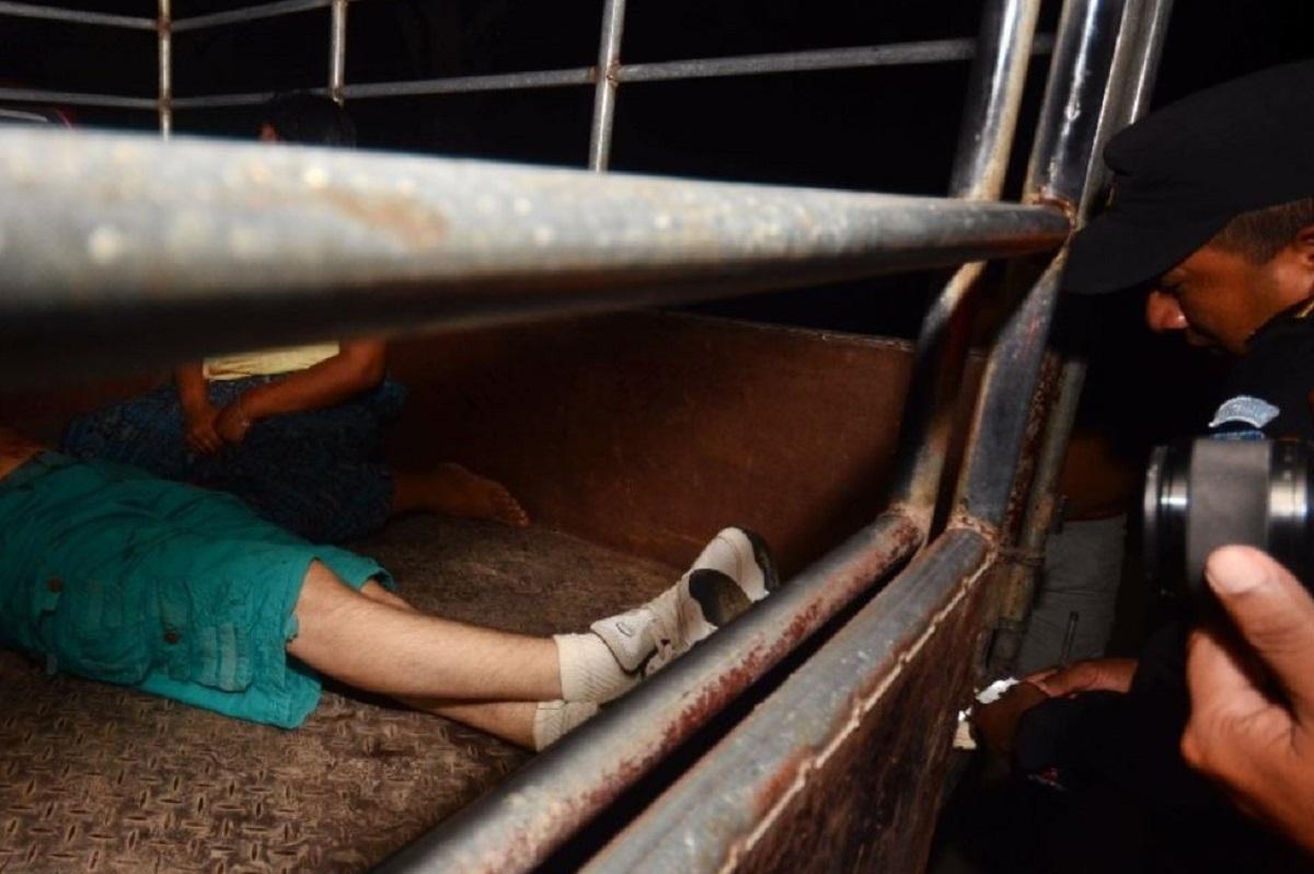 El guardia del Sistema Penintenciario murió en el interior del picop cuando era trasladado a la sala de urgencias del hospital local. (Foto Prensa Libre: Rigoberto Escobar)