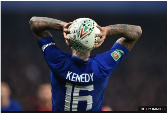 Pese a que están de moda los saques de banda al área, el jugador debe procurar que no vaya directamente a la portería, ya que en caso de entrar el gol no sería válido.