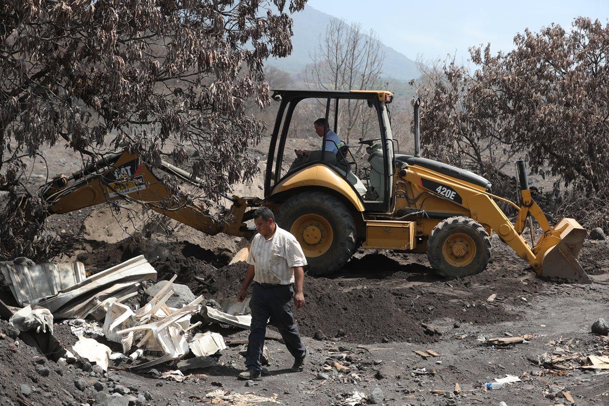 Los trabajos de rescate de cuerpos en San Miguel Los Lotes dieron como resultado el hallazgo de 68 cuerpos. (Foto Prensa Libre: Estuardo Paredes)