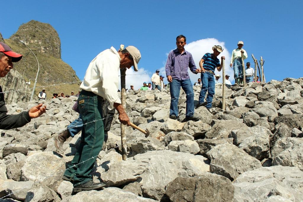 Algunos de los inconformes circulan el terreno que según ellos les pertenece y fue ocupado por la hidroeléctrica. (Foto Prensa Libre: Óscar Figueroa ).