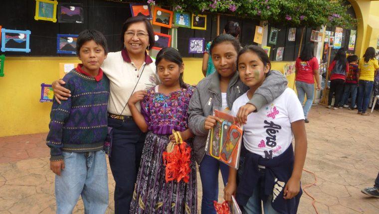 Blanca Estela Fuentes Maldonado, nacida en El Tumbador, San Marcos, disfruta de la compañía de niños beneficiados del proyecto Xajanaj Kahalepana, que trabaja en Chinautla desde el 2003. (Foto Prensa Libre: Cortesía)