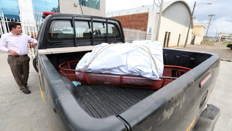 Momento en que el autopatrulla de la PNC llega a las instalaciones del Inacif en Xela con el cadáver y el recipiente de plástico. ( Foto Prensa Libre: Mynor Toc)