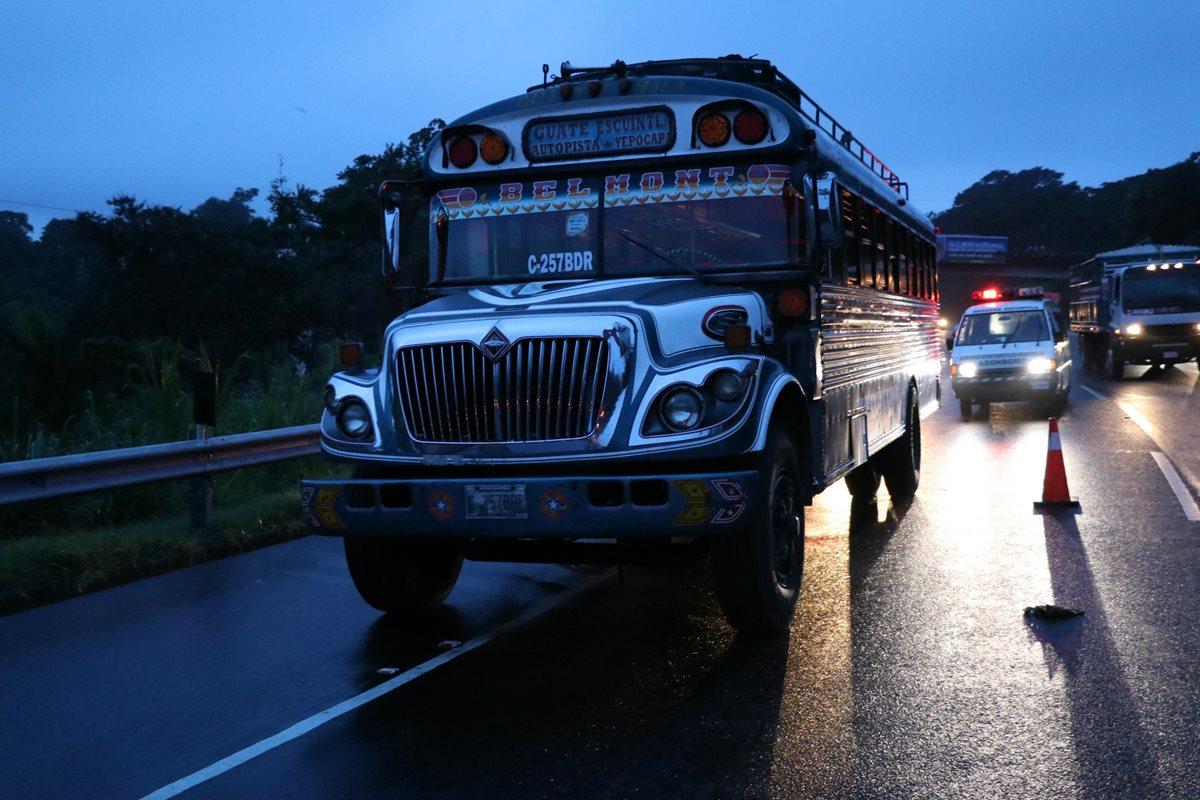 El autobús fue asaltado por dos sujetos en la autopista de Palín. (Foto Prensa Libre: Enrique Paredes)
