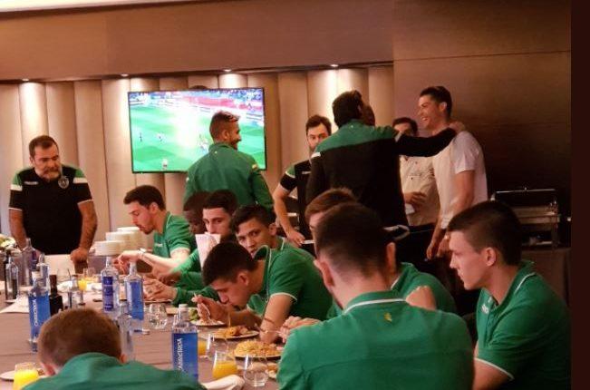 Cristiano Ronaldo no se olvida de sus raíces y asistió al hotel del Sporting para desearles suerte. (Foto Prensa Libre: Twitter Sporting de Portugal)