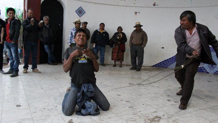Eduardo Sebastián Tzarax Tipaz recibe azotes por parte del alcalde indígena. (Foto Prensa Libre: Óscar Figueroa)