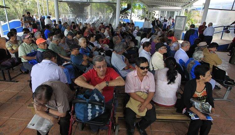 Unas 178 mil personas que integran el programa IVS se verán beneficiarán con el incremento de la pensión de Q60 y un bono único de Q500 que se realizará efectivo el 22 de enero, informó el IGSS. (Foto Prensa Libre: Hemeroteca)