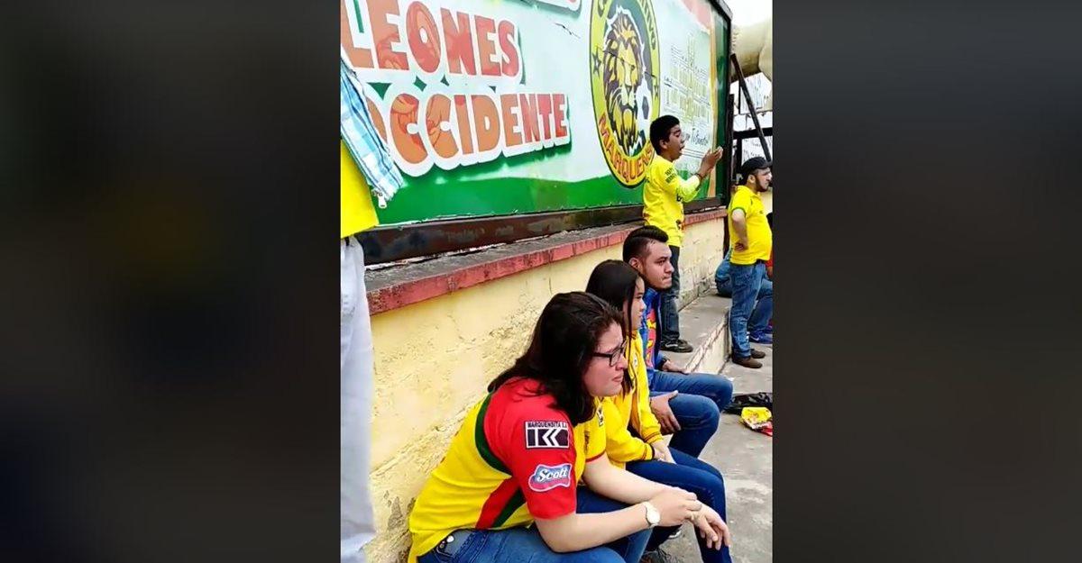 La familia Ponce y sus amigos no pudieron evitar las lágrimas al terminar el encuentro frente a Suchitepéquez. (Foto Prensa Libre: Captura de Pantalla Facebook Eduardo Ponce)