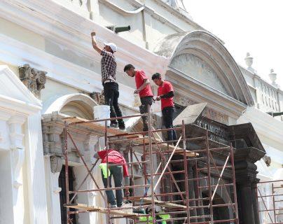 Remozamiento de la fachada del edificio donde funciona el museo de la Universidad de San Carlos de Guatemala. (Foto Prensa Libre: Óscar Felipe Quisque)