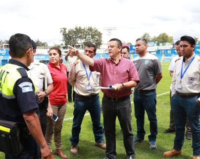 Personal de la Fedefut y las instituciones de socorro de Quetzaltenango verifican detalles para el juego de mañana. (Foto Prensa Libre: Raúl Juárez)