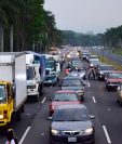 Una fila de unos dos kilómetros de vehículos se formó en las garitas del peaje de la autopista Palin-Escuintla en su intento de regresar a la capital. (Foto Prensa Libre: Carlos Paredes)