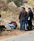 Peritos del MP recaban evidencias en Olintepeque, donde fue hallado el cadáver de un hombre que fue secuestrado. (Foto Prensa Libre: Carlos Ventura)