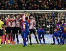 Lionel Messi en el momento que define de tiro libre contra el Bilbao. (Foto Prensa Libre: EFE).