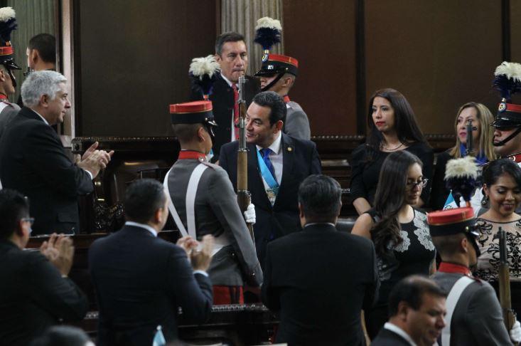 Momento en que Jimmy Morales saluda a diputados a su ingreso en el hemiciclo con motivo de la sesión solemne de septiembre de 2017. (Foto Prensa Libre: Hemeroteca PL)