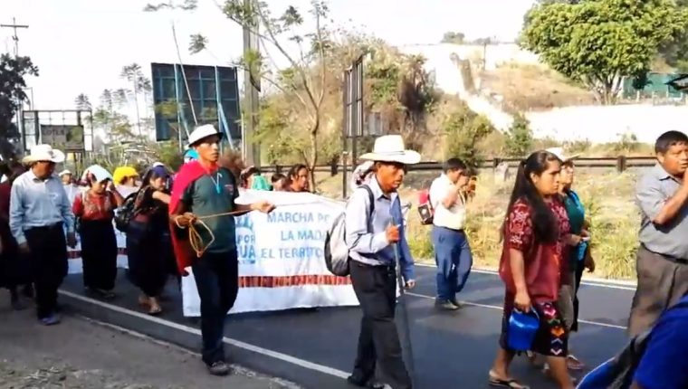 Uno de los grupos sale de Amatitlán hacia la Usac, en la zona 12. (Foto Prensa Libre: PDH)