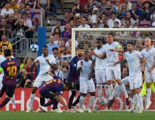 Hirving Lozano se coloca atrás de la barrera para evitar la anotación de Messi, por si remata por debajo, pero lo hizo por arriba. (Foto Prensa Libre: AFP)