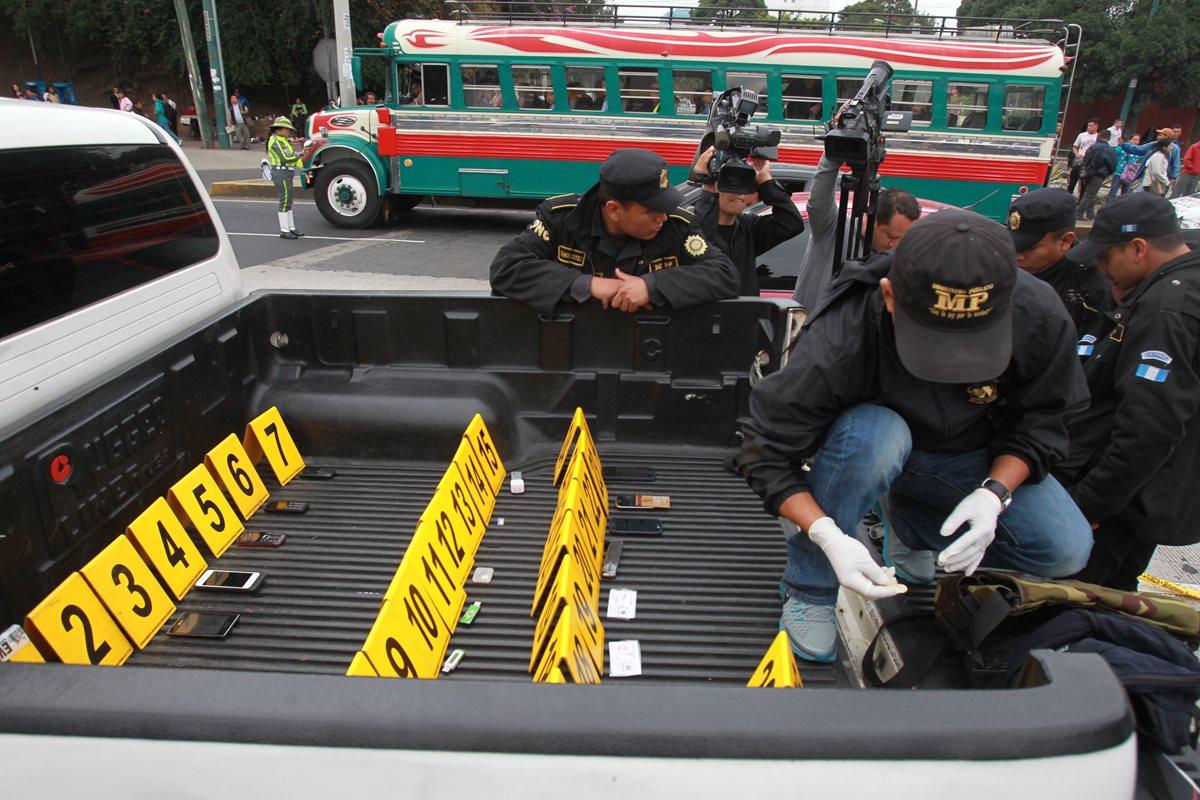 El operativo policial comenzó al amanecer de este miércoles para ubicar armas y droga adentro de un picop. (Foto Prensa Libre: Estuardo Paredes)