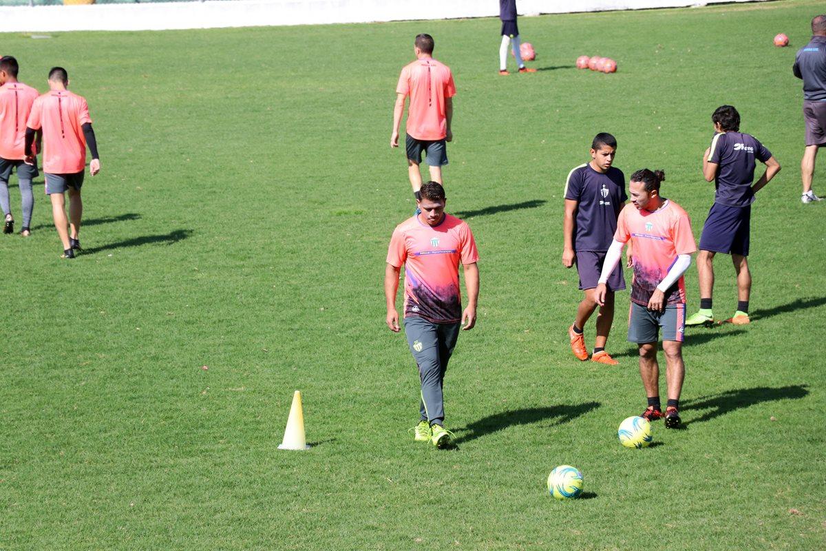 Los jugadores de Antigua GFC se prepara para el debut en el Clausura 2018 frente a Comunicaciones. (Foto Prensa Libre: Renato Melgar)