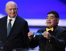 El astro argentino Diego Maradona muestra el nombre de España durante el sorteo del Mundial. (Foto Prensa Libre: AFP)