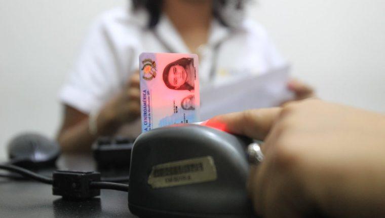 El trámite de la renovación del DPI se puede hacer en cualquiera de las oficinas de Renap en el país y a través del portal electrónico de Renap. (Foto Prensa Libre: Hemeroteca PL)