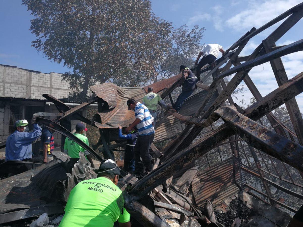 Trabajadores municipales y vecinos trabajan en la limpieza de escombros. (Foto Prensa Libre: Érick Ávila)