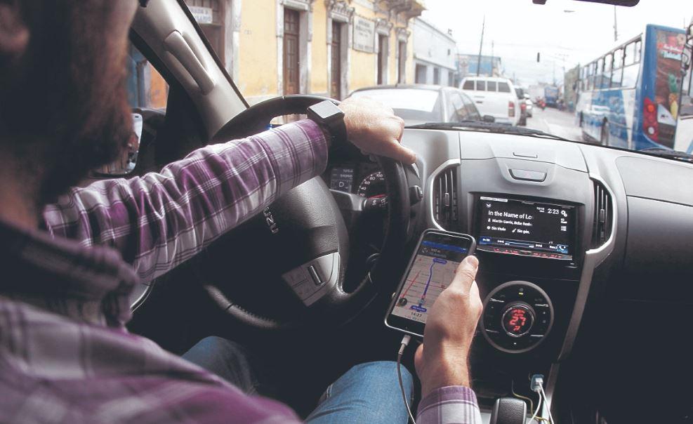 Un piloto de Uber transita por una calles de la Ciudad de Guatemala. (Foto Hemeroteca PL)