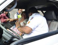 Norma Lucrecia Galicia, es atendida por los socorristas. (Foto Prensa Libre: Bomberos Voluntarios)