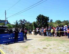 Vecinos llegan a identificar el cadáver del constructor. (Foto Prensa Libre: Mike Castillo)