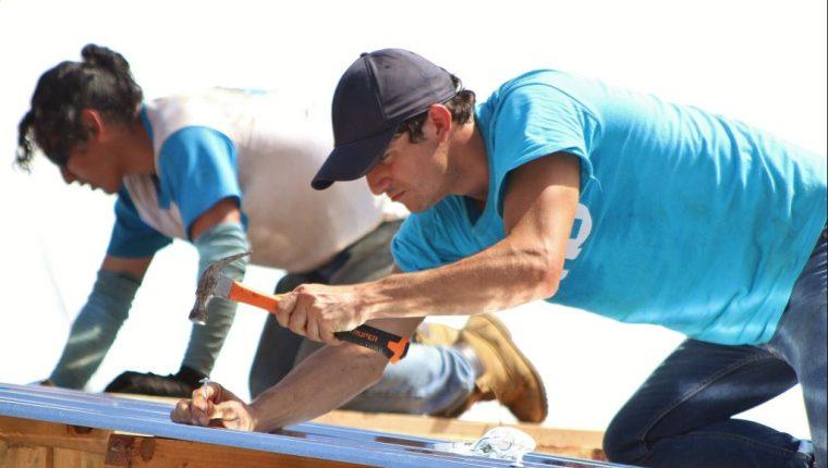 Charles Fernández, seleccionado de pentatlón, durante los trabajos de construcción en Escuintla. (Foto COG).