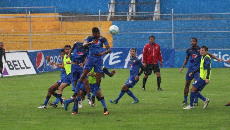 Ronald Gómez estuvo atento a los movimientos de sus jugadores para corregirlos. (Foto Prensa Libre: Ronald Gómez)