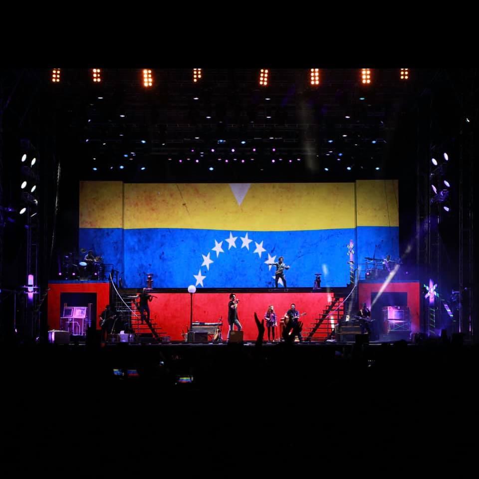 Ricardo Arjona, en uno de sus conciertos, con la bandera de Venezuela (Foto Prensa Libre: Facebook / Ricardo Arjona).