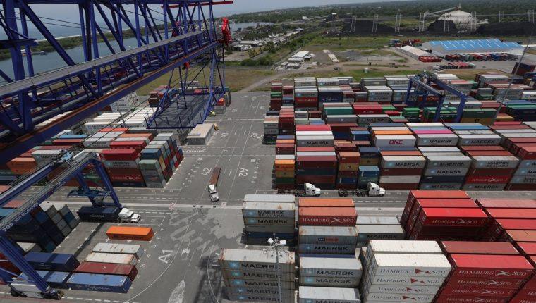 La APM Terminals Quetzal incrementó en nueve mil contenedores, cuando en promedio atendía siete mil contenedores, lo que generó congestionamiento en el patio. (Foto Prensa Libre: Estuardo Paredes, tomada con dron)