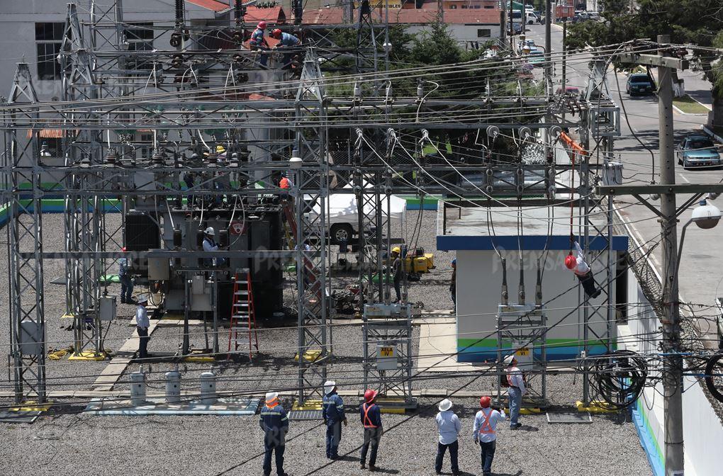 Panorámica de un sector de la zona 2 de Xelajú que quedó parcialmente en tinieblas por el apagón que afecta la ciudad desde hace 12 horas. (Foto Prensa Libre: Mynor Toc)