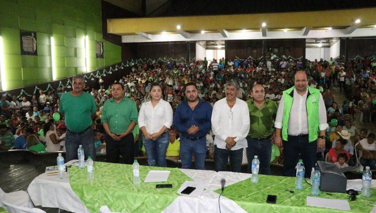 Guillermo Castillo, Selvyn Martínez, Vera Escobar, Ángel González, Carlos Mencos y Vitelio Lam, candidatos a diputados por la UNE, y Orlando Blanco, diputado del partido. (Foto Prensa Libre: Carlos Paredes)