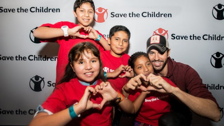 El intérprete Enrique Iglesias compartió con algunos niños que apoya la organización Save the Children para erradicar el analfabetismo en El Quiché.(Foto Prensa Libre: Cortesía Save the Children)