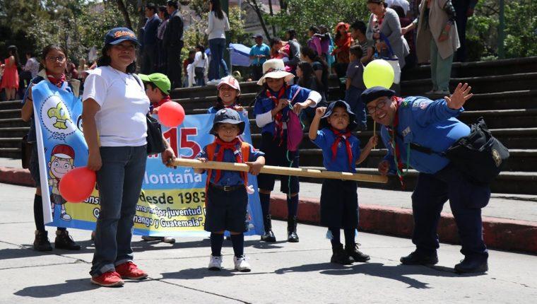 Niños que forman parte del movimiento Scout en Xela participaron de la caminata. (Foto Prensa Libre: María José Longo)