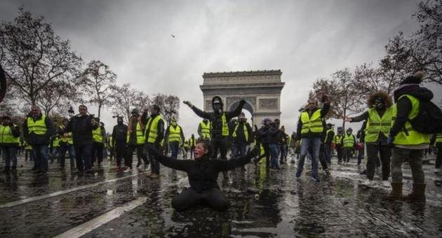 """Miles de personas, encabezadas por el movimiento de los """"chalecos amarillos"""", protestaron en París y otras ciudades de Francia el sábado. (GETTY IMAGES)"""