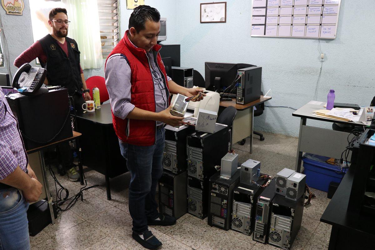 Augusto Quemé, comunicador del Área, observa muestra los daños al equipo de computación. (Foto Prensa Libre: María José Longo)