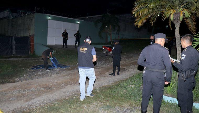El cuerpo deJennifer Mishel Guerra Sosa, de 26 años, quedó tendido en el lugar donde la atacaron junto a su pareja, en Puerto Barrios, Izabal. (Foto Prensa Libre: Dony Stewart)