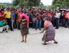 María Lucas, alcaldesa indígena, azota a Tomasa Tzoc Tipaz, señalada de robo. (Foto Prensa Libre: Héctor Cordero).