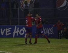 El delantero mexicano Carlos Kamiani Félix festeja después de haber marcado un gol contra Chiantla. (Foto Prensa Libre: Raúl Juárez).