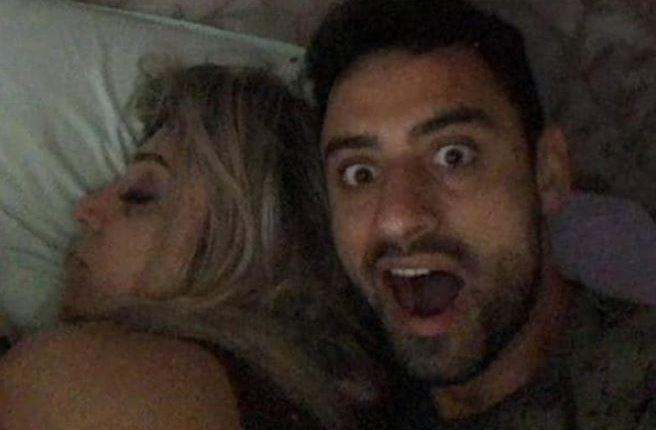 El futbolista brasileño Daniel Correa Freita presume a un amigo estar cerca de Crisitana Brittes. (Fotos Redes).