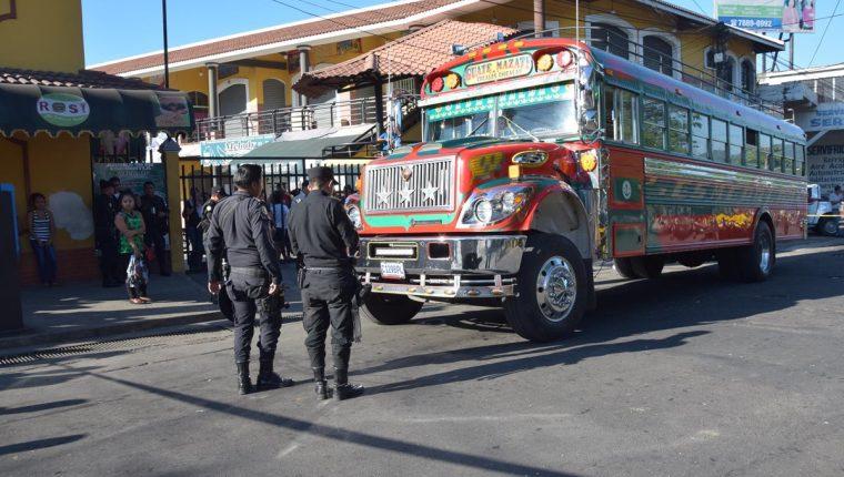 Agentes de la PNC resguardan autobús asaltado en Escuintla. (Foto Prensa Libre: Carlos E. Paredes)