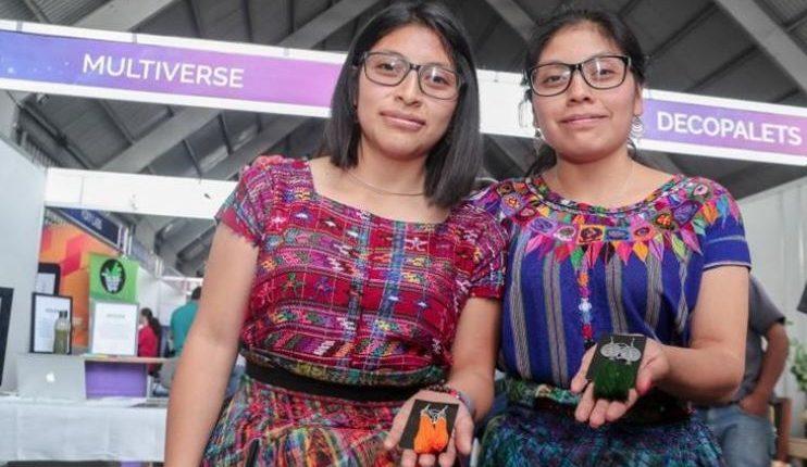 Emprendedores como Meliza Tzay e Ingrid Tzay de Patzún Chimaltenango, que elaboran bisutería, pueden beneficiarse con la Ley de Fortalecimiento al emprendimiento. (Foto Prensa Libre: Hemeroteca)