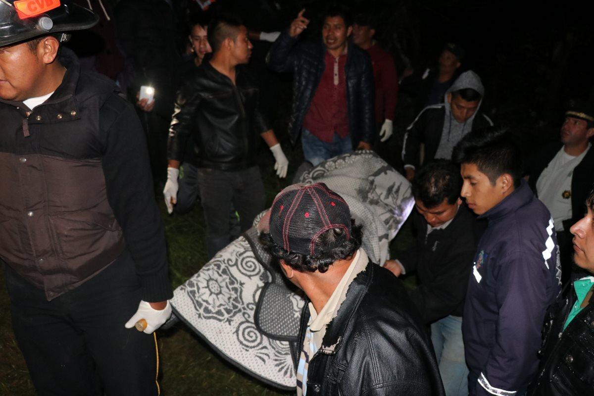 El cuerpo de Jafeth Absalón Xirum Chinol fue localizado a pocos metros de su vivienda, en Pachoj, Chichicastenango, Quiché. (Foto Prensa Libre: Héctor Cordero)